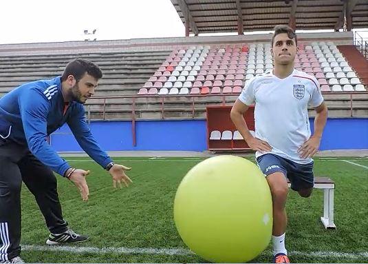 Sentadilla búlgara con desestabilización de la rodilla con pelota suiza